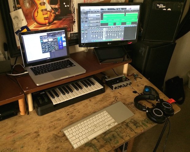 mac-desk-setup-audio-engineer-student