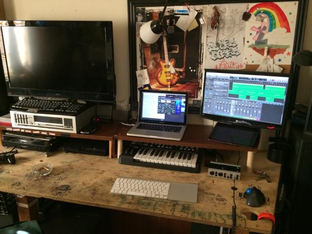mac-desk-setup-audio-engineering-student-2