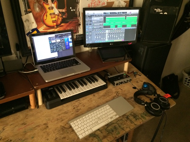mac-desk-setup-audio-engineering-student-4