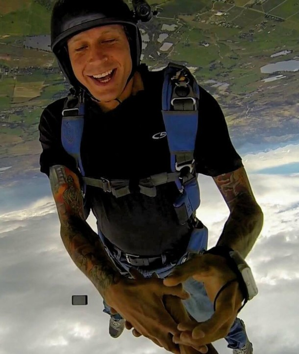 Skydiver losing iPhone in the middle of free fall